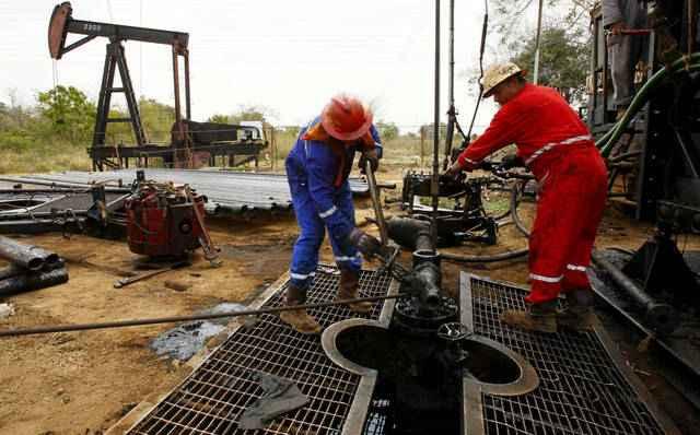 النفط يتراجع 1.2% وسط عودة مخاوف تخمة المعروض