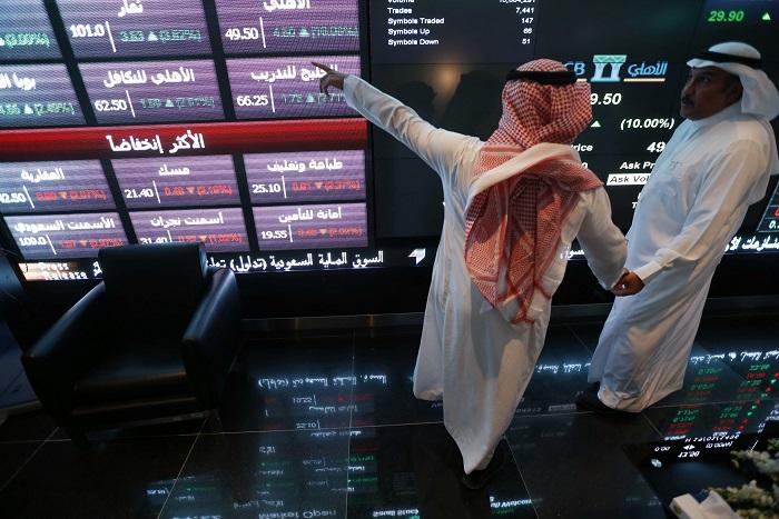 السوق السعودي يكسر حاجز 8000 نقطة بضغط من تراجعات أسعار النفط