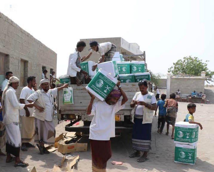 مركز الملك سلمان للإغاثة يوزع 300 سلة غذائية على النازحين والمتضررين في مديرية التحيتا بالحديدة