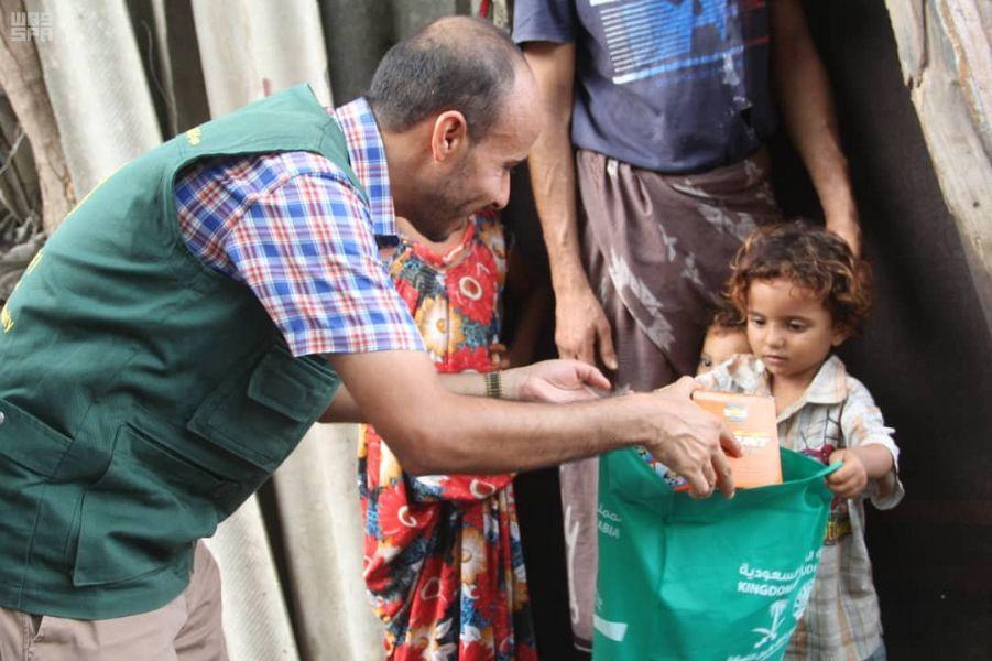 مركز الملك سلمان للإغاثة يدشن مشروع كسوة العيد في عدد من مديريات عدن