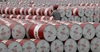 النفط يعاود هبوطه في ظل عدم وجود مؤشرات على قرارات جديدة