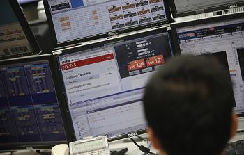 المستثمرون يبيعون السندات اليونانية