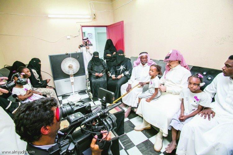 الوليد بن طلال يزور إسكان الحائر أحد مشروعات «الوليد للإنسانية».. ويسلم 200 سيارة للمستفيدين