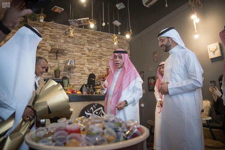 وزير التجارة والاستثمار يزور عدداً من المنشآت الصغيرة والمتوسطة بحائل