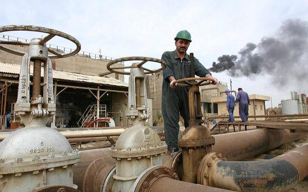أسعار النفط تتراجع عند التسوية بفعل توقعات سلبية